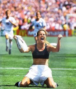 Brandi Chastain, lors de son but décisif en Coupe du Monde de football féminin en 1999. Photo : New York Times